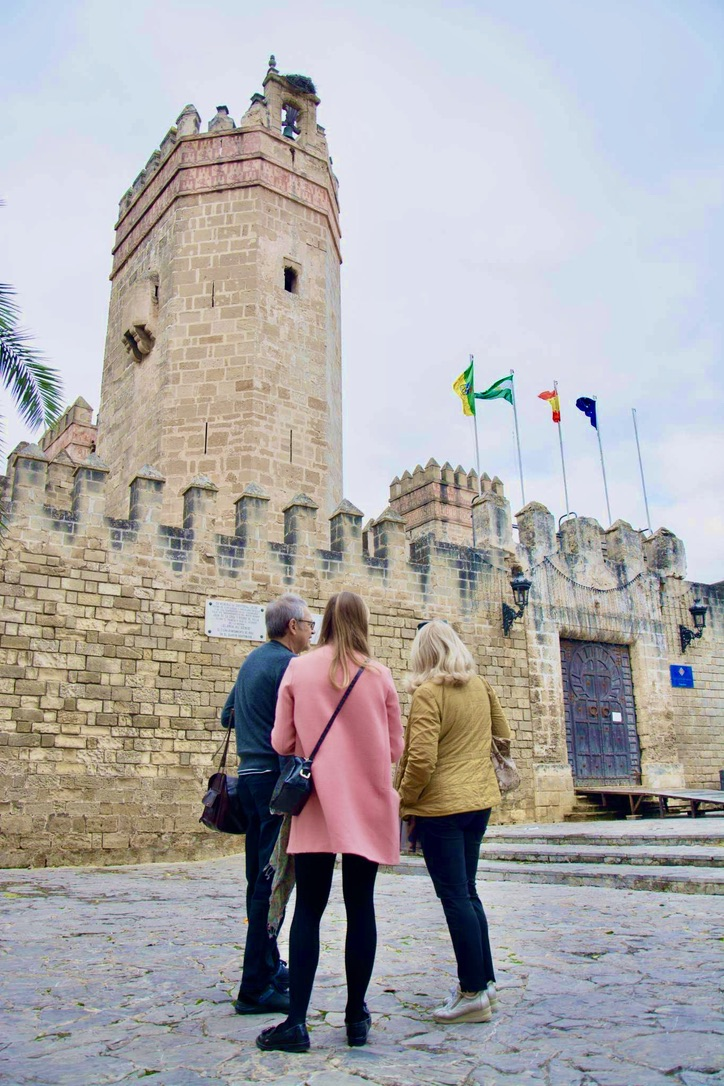 Walking Tour of Cadiz couple with guide